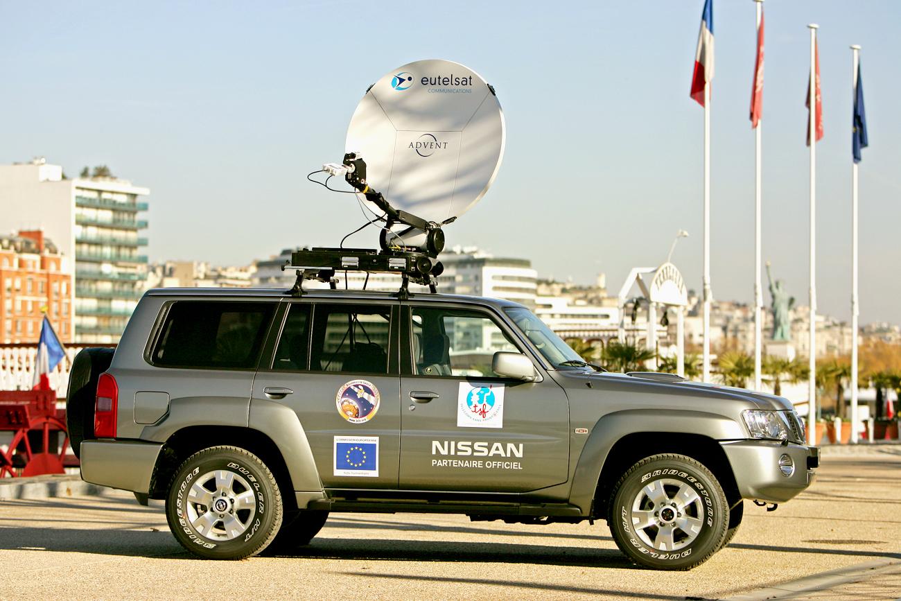TELECOMS SANS FRONTIERES reçoit des Membres de 3i3s : EUTELSAT & NISSAN un 4X4 équipé télécommunication via satellite